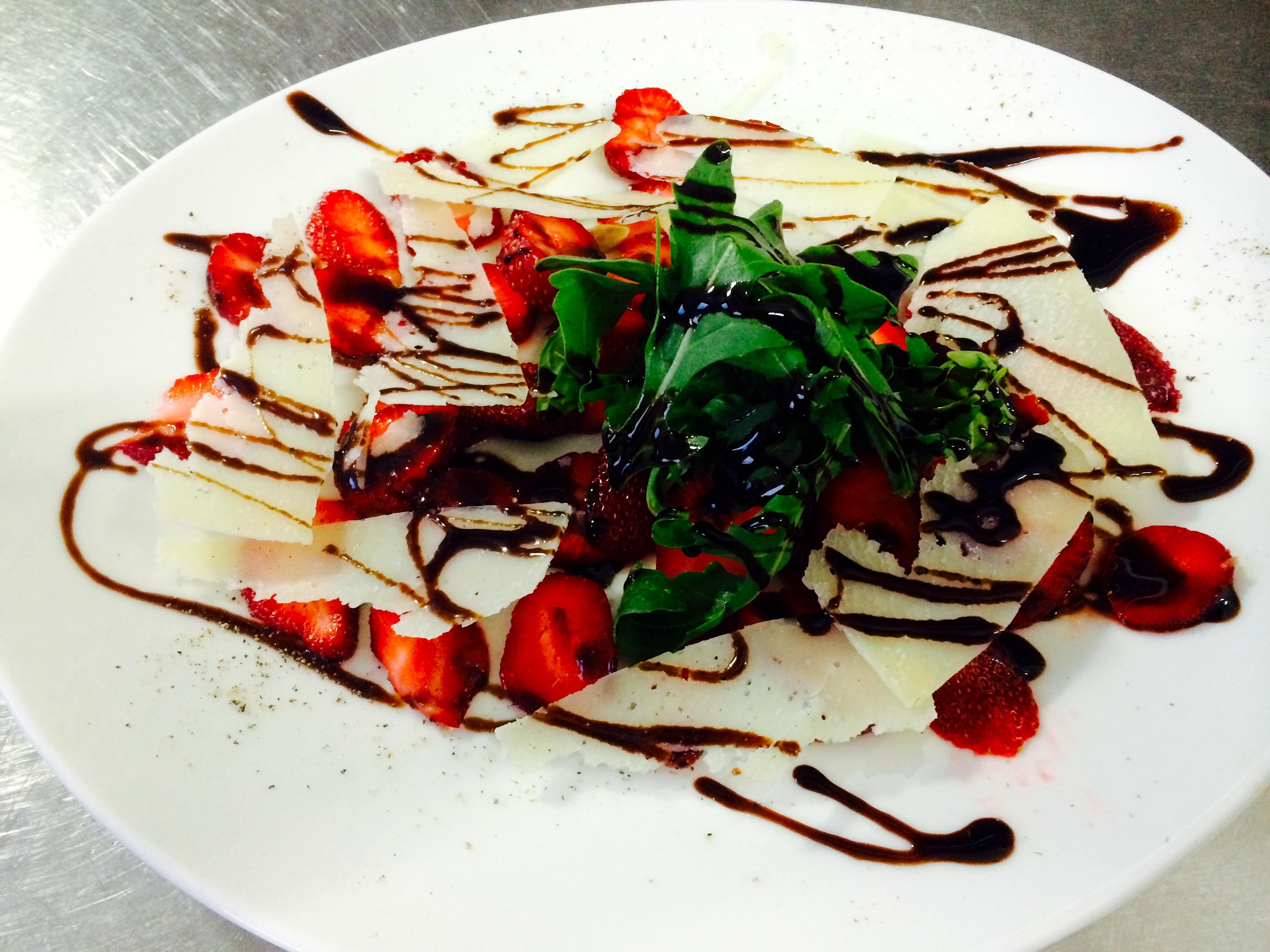 Erdbeeren Carpaccio mit Rucola & Parmesan