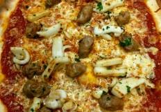 Pizza Salsiccia & Tintenfisch