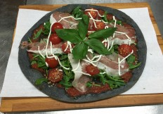 vom Kohle Mehl, mit San Daniele Riserva 2011, L´Amuse Cherry Tomaten, Basilikum, Pecorino Creme
